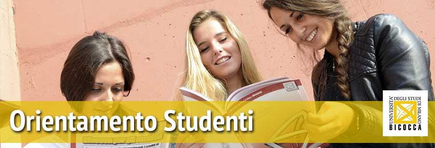 Foto di 3 ragazze giovani in primo piano che leggono sorridenti delle brochure Bicocca